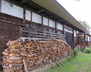 里山の家と薪